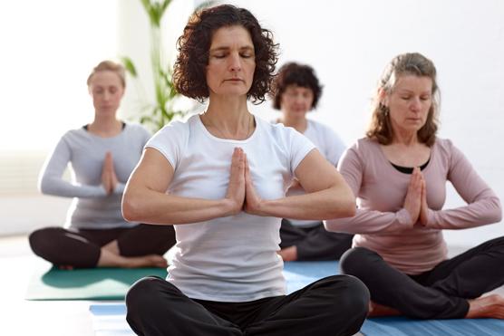 Moderater Sport oder Yoga und Qi-Gong helfen vielen Frauen bei Klimakteriumsbeschwerden.